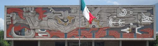 Gebäude am Haupteingang der Tecnológico de Monterrey (die Tafel zeigt eine historische Schlacht der Maya)