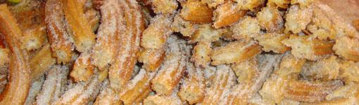 Churros, mexikanisches Gebäck entweder gefüllt mit Schokolade, Cajeta (Ziegenkaramel) oder Lechera (milchartige, süße Soße)
