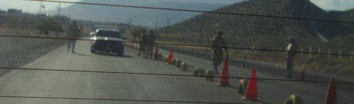 schwer bewaffneter Armeeposten zur Kontrolle von Waffen- und Drogenschmuggel